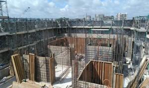 21 13階柱壁配筋完了、型枠建込状況