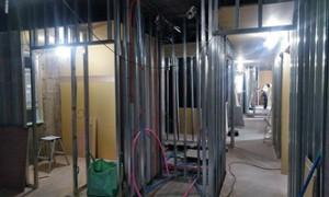 23 8階軽鉄下地ボード貼り状況